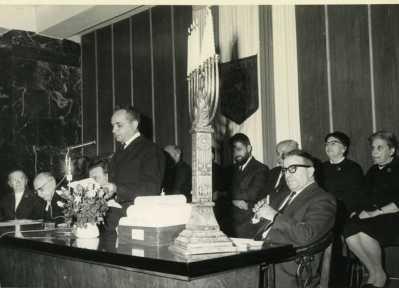 A. C. à la municipalité Au premier plan, de gauche à droite, le président Shazar, caché Teddy Kolek, A Chouraqui et M. Marash (secrétaire de la municipalité). Au second plan, le Rabbin Shar Yachouv Cohen, Ish Shalom, et Mme Ben Zvi.