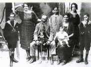 La famille Chouraqui. De gauche à droite : Charles, Marie, Alice, Lucie et Albert. Assis : Isaac avec André et Mleha avec Claire.
