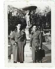 Au jardin du Luxembourg, Paris, 20 février 1936. Avec un ami.